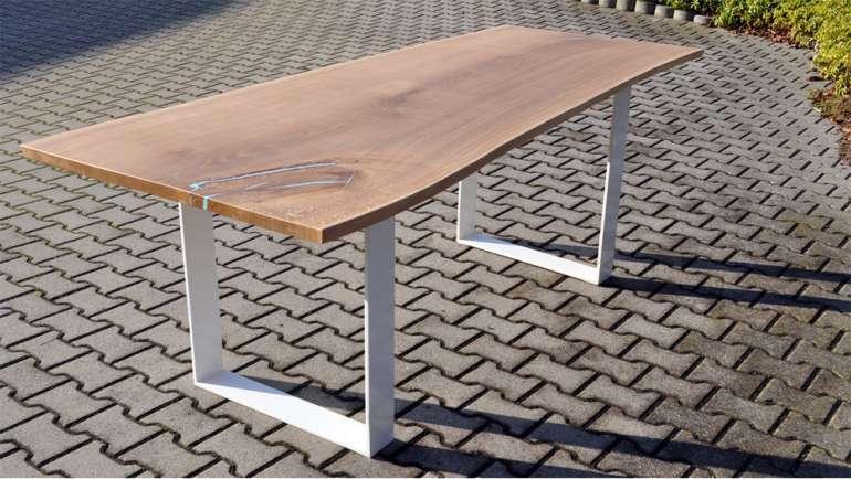 Tisch Asteiche mit Baumkante Stahlfüße weiß